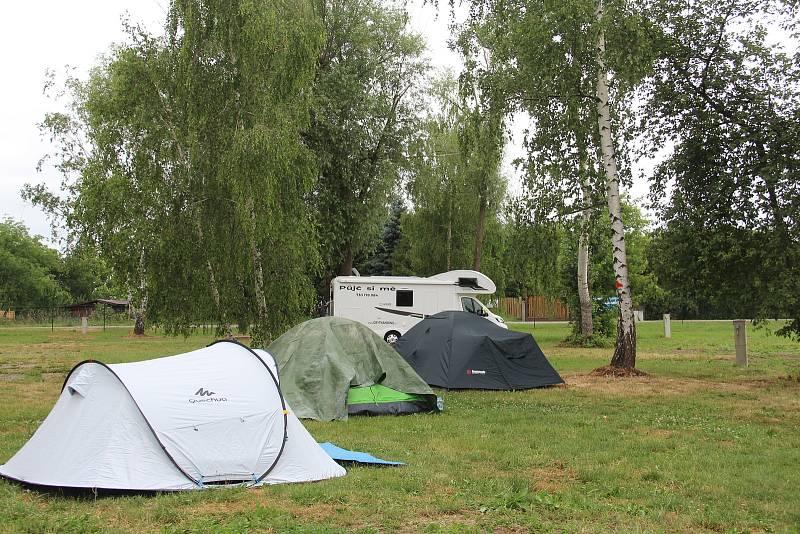 Kemp má kapacitu až pro pět desítek karavanů a stovku stanů.