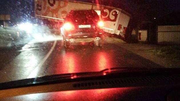Cestu mezi Šternberkem a Lužicí zavřela nehoda kamionu
