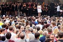 Muzikálová show hejčínského gymnázia a Moravské filharmonie na Horním náměstí v Olomouci
