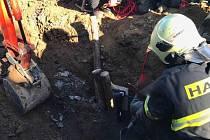 Hasiči a záchranáři vyprošťovali v Seničce dělníka, kterého ve výkopu zasypala zemina