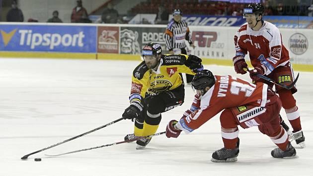 Olomoučtí hokejisté (v červeném) v 18. kole extraligy hráli proti Litvínovu
