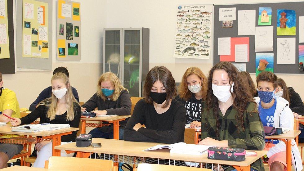 Roušky ve třídách. Ilustrační foto