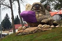Tršice na Olomoucku hlídá veliká žába. Nyní s rouškou