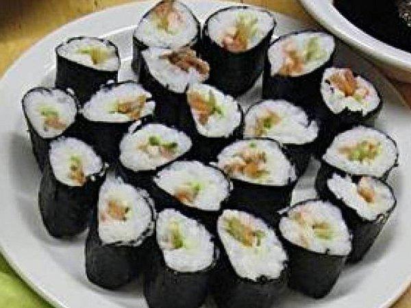 Sushi slososovými plátky