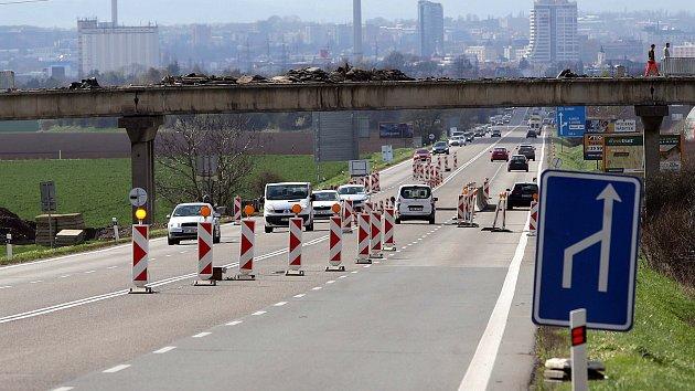 Do konce srpna 2018 opravují most přes I/35 u Velké Bystřice.
