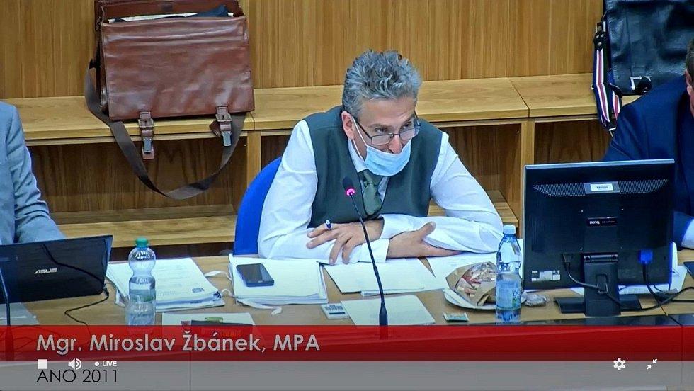 Primátor Miroslav Žbánek. Záběr z přímého přenosu zasedání olomouckého zastupitelstva, které mimo jiné jednalo o zvýšení daně z nemovitosti, 6. září 2021