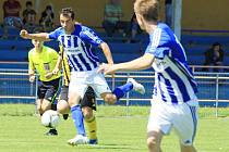 Fotbalisté Uničova (v modro-bílé)