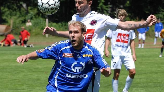 Michal Hubník bojuje o míč.