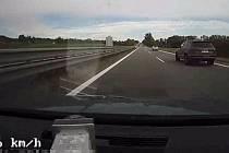 Pronásledování Audi Q7 na dálnici Brno - Olomouc