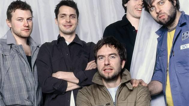 Kompletní sestava Tata Bojs pro rok 2007 v čele se sedícím Milanem Caisem. Novým členem je uznávaný producent Dušan Neuwerth (zcela vpravo).