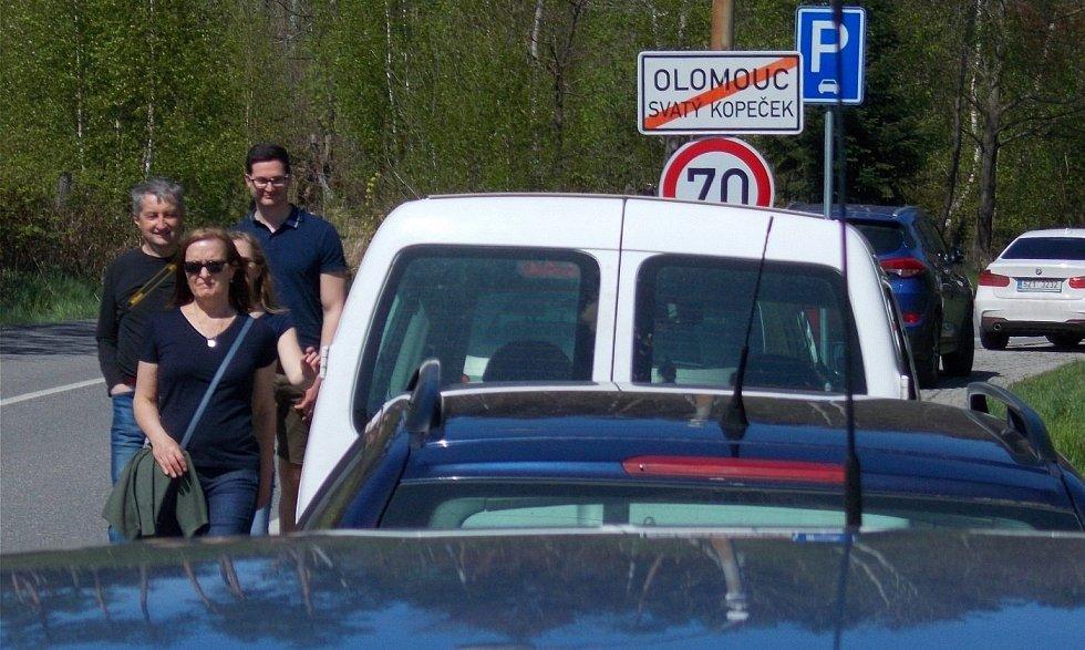 Auta parkující podél cesty na Radíkov, nedělní odpoledne na Sv. Kopečku, 9. května 2021