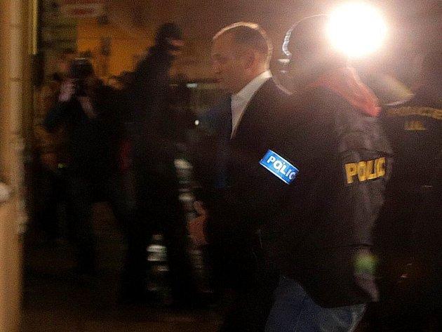 Policie v úterý večer přivezla Ivana Langera do jeho bytu v centru Olomouce