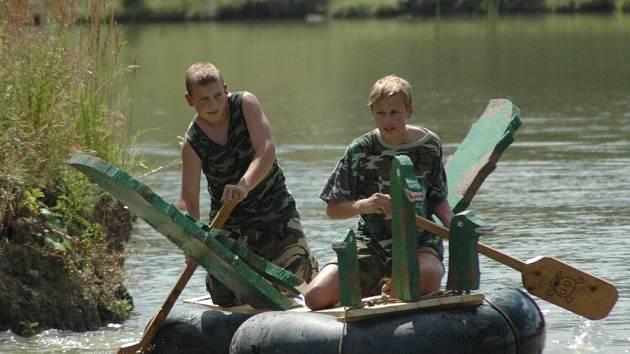 Vítězná posádka na svém plavidlu.