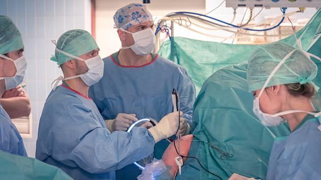 Ortopedická klinika Fakultní nemocnice Olomouc patří ke dvěma pracovištím v ČR, která využívají novou operační techniku pro léčbu pacientů somezenou aktivní hybností ramenního kloubu