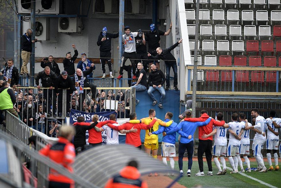 Utkání 29. kola první fotbalové ligy: Sigma Olomouc - Baník Ostrava, 24. dubna 2021 v Olomouci. Fanoušci Baníku a tým Baníku oslavují po zápase.