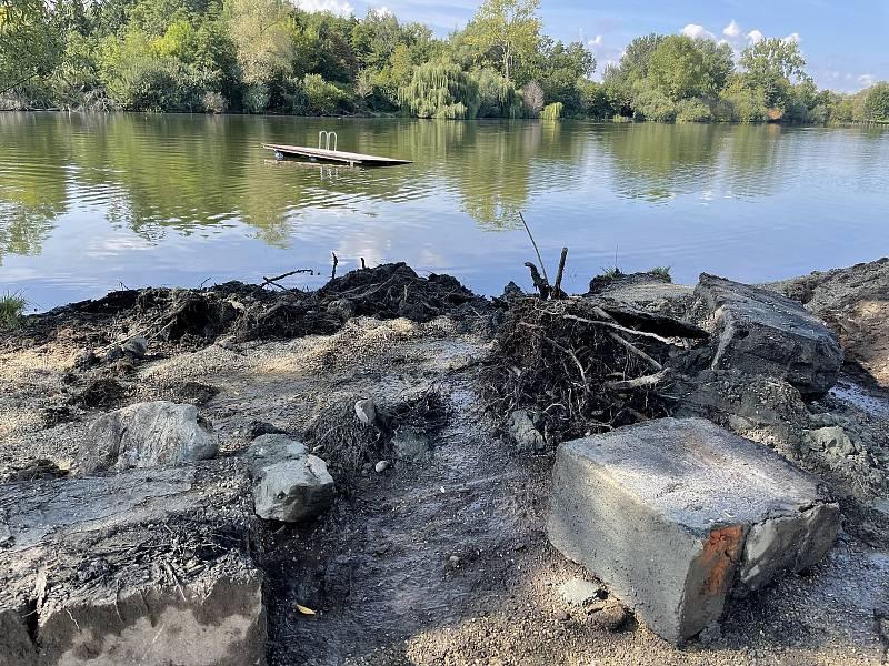 Na Poděbradech rozšiřují pláž. Bagr odstraňuje stará mola a upravuje břeh, 13. září 2021