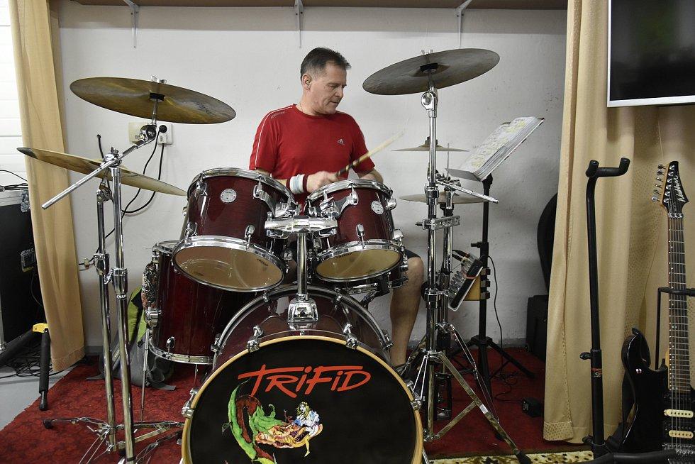 Zábavová kapela Trifid na jedné z posledních zkoušek, když to ještě protiepidemická opatření povolovala