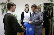 Lukáš Kopecký z Lesnické školy Hranice přebírá cenu v soutěži Perem studenta
