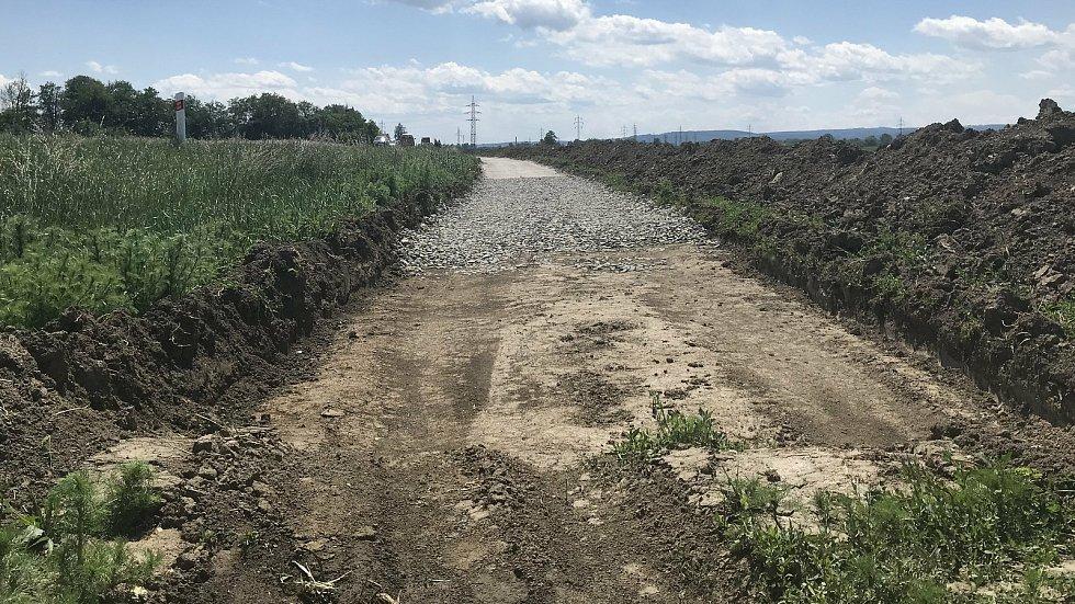 Cyklostezka podél silnice II/449 bude spojovat obce Litovel, Červenka a uničovskou místní část Střelice. Úsek mezi Střelicemi a Červenkou. (3.června 2020)