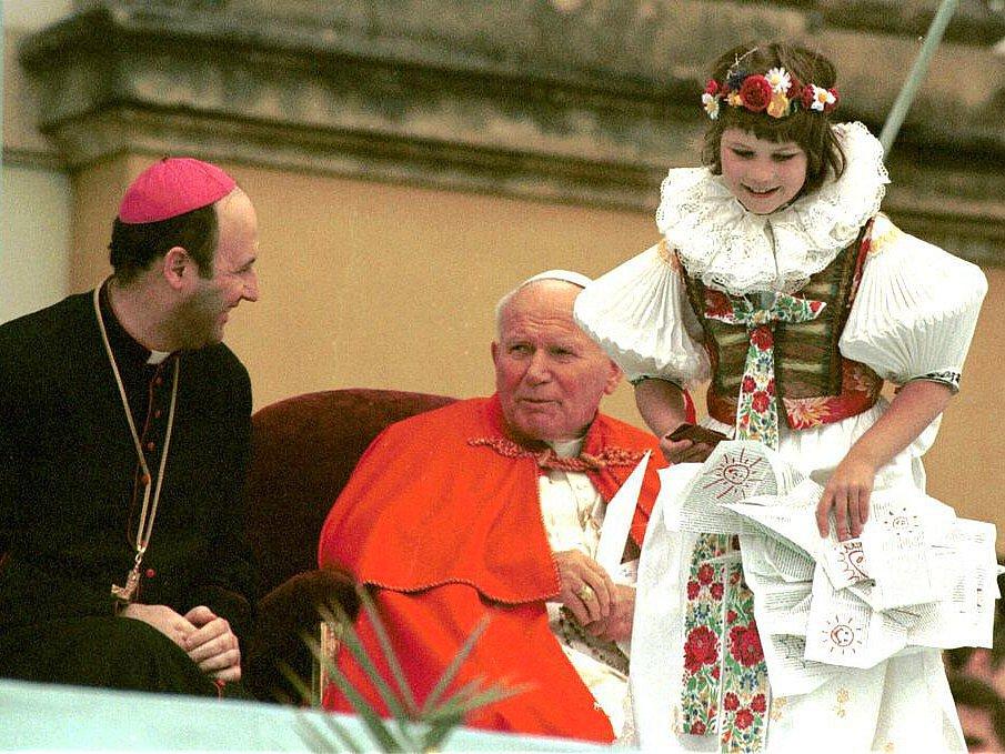 Papež Jan Pavel II. a olomoucký arcibiskup Jan Graubner na setkání s mládeží na Svatém Kopečku
