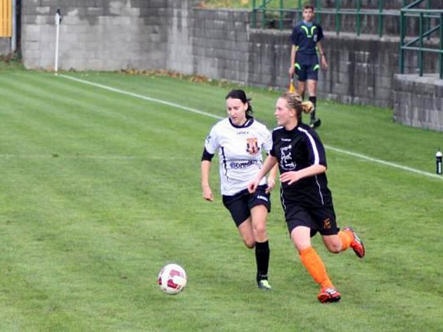 Holešovské holky (v tmavém) proti Novým Sadům