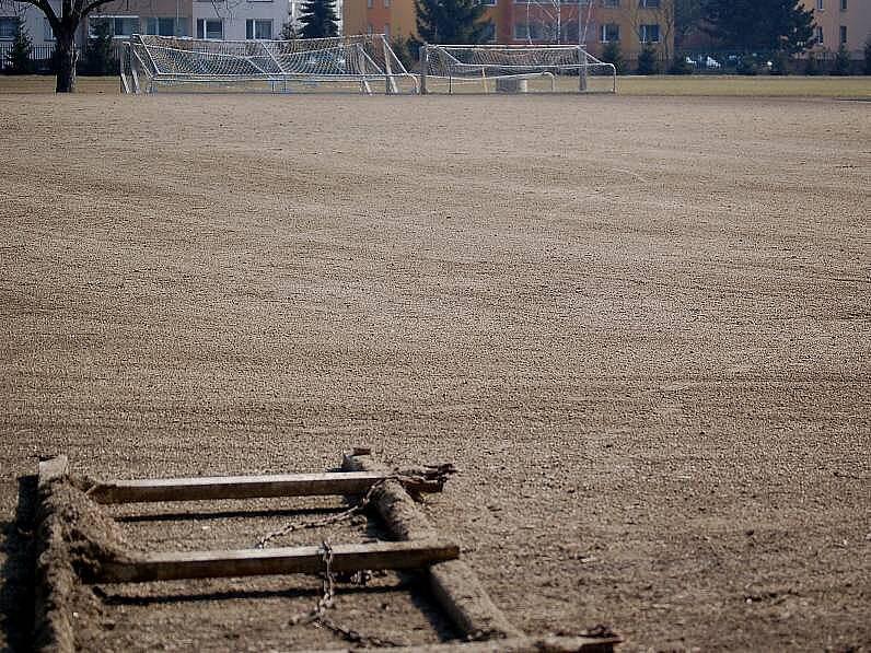 Pískové hřiště, na němž ve škole trénují budoucí naděje fotbalové Sigmy.