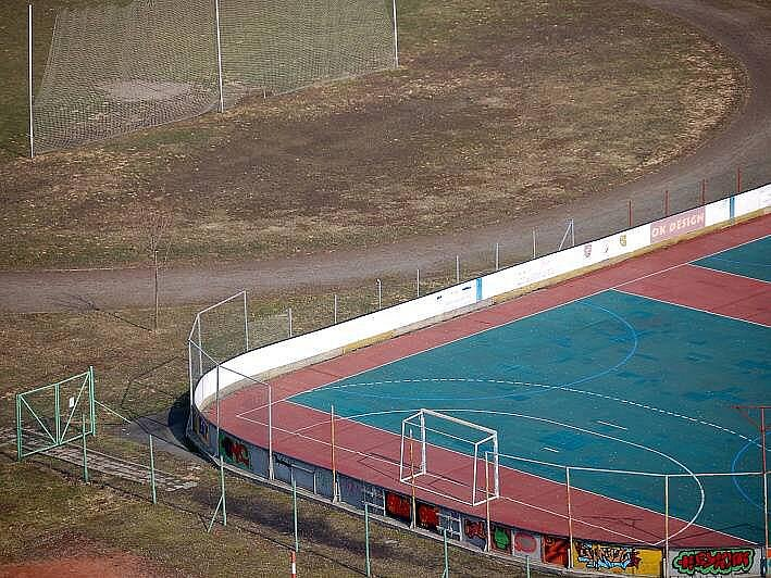 Atletická dráha a fotbalové hřiště ZŠ Heyrovského.