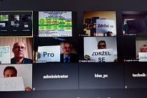 Sedm zastupitelů hlasovalo na ustavujícím zastupitelstvu Olomouckého kraje prostřednictvím videokonference ze svého domova.