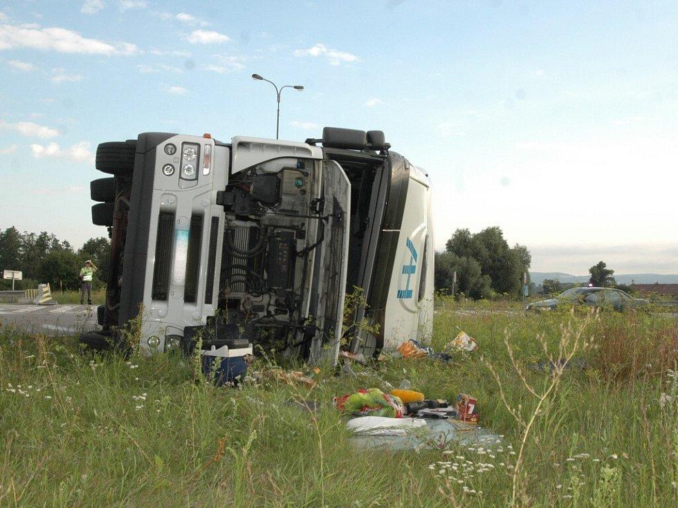 Nehoda na kruhovém objezdu u Globusu v Olomouci.