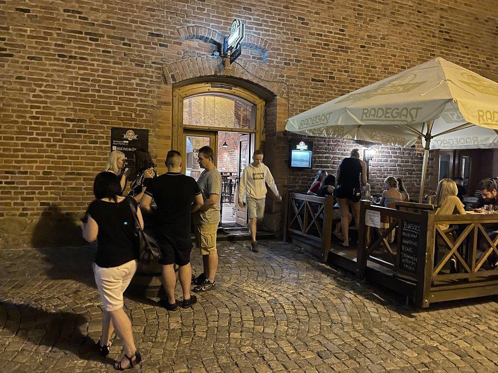 Noční život v centru Olomouce se vrací do normálu, Mlýnská ulice, 18. června 2021