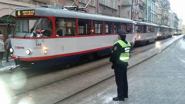 Porouchaná tramvaj v Denisově ulici zastavila ve čtvrtek 10. ledna provoz na trati mezi hlavním nádražím a centrem města.