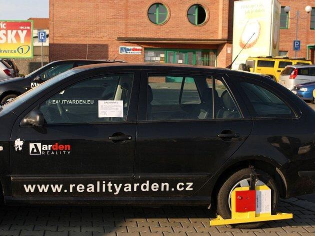 Botička na autě realitky Arden
