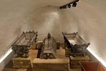 Schránky s tělesnými pozůstatky olomouckých biskupů - uložení do krypty v katedrále sv. Václava