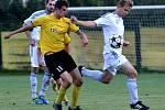 Fotbalisté Nových Sadů (ve žlutém) proti Šternberku