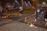 Nápis Ne KSČM! z hořících svíček před budovou krajského úřadu v Olomouci