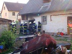 Hasiči zasahují u požáru kůlny v Medlově