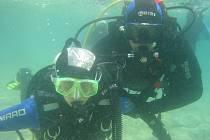 U chorvatského ostrova Pag se potápěl o dovolené primátorův náměstek Jiří Martinák (vpravo) s ženou Lucií.