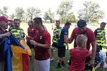 V Hodolanech proběhla v sobotu fotbalová exhibice mezi lokálním týmem FC Braník a starou gardou pražské Sparty.Jiří Novotný rozdává podpisy