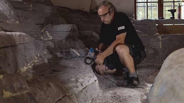 Na obnově výstavních prostor pracuje tým muzea vědy během celého roku, vletních měsících se nejvíce rozvíjí sekce nazvaná Živá voda.  Na snímku práce na modelu pískovny.