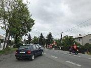 Práce na odbočovacím pruhu u Tovéře poslaly motoristy jedoucí z Olomouce do Šternberka na objížďku vedoucí na Dolany. Na snímku situace v Týnečku.
