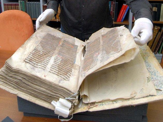 Rostislav Krušinský z olomoucké vědecké knihovny představil včera novinářům vzácný středověký manuskript Opatovický misál, který se dočká restaurování.