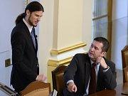 Noví místopředsedové Sněmovny zleva Vojtěch Pikal (Piráti) a Jan Hamáček (ČSSD) na ustavující schůzi Poslanecké sněmovny