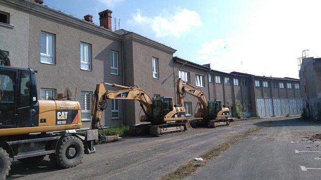 VOlomouci začala demolice Sochorových kasáren, která má nahradit přes tři stovky bytů