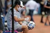 Dezinfekce na prvoligovém zápase mezi olomouckou Sigmou a Libercem. Ilustrační foto