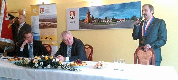 Prezident Zeman vHradčanech, vpravo starosta Ondrej Koliba.