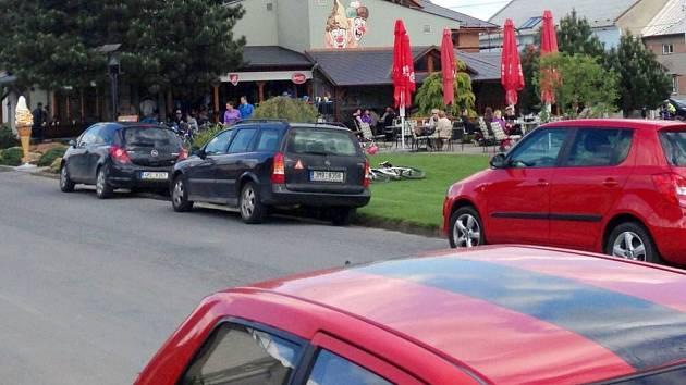 Zmrzlinárna ve Štarnově láká zástupy lidí. Podle místních je provoz v okolí už neúnosný