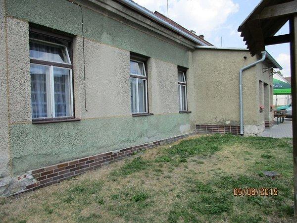Výměnu oken, dveří a topení dokončilo město Šternberk vkulturním domě vmístní části Dalov. (původní stav)