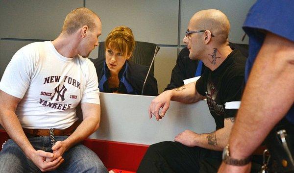 Lukáš Kluka (vlevo) a Stanislav Krůžela obžalovaní zloňského loupežného přepadení čerpací stanice vDřevohosticích na Přerovsku stanuli 15.července před olomouckým krajským soudem