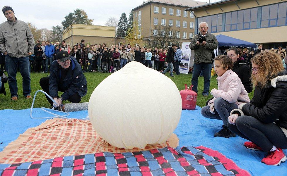 Studenti hejčínského gymnázia spolu s Hanáckým radioklubem vypustili balónovou sondu do stratosféry.