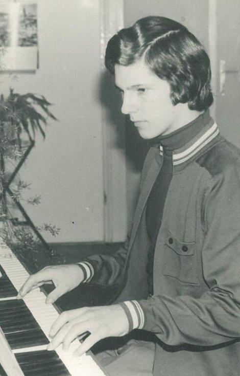 Oto Košta při hře na klavír